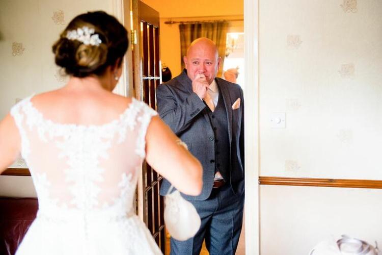 30 самых трогательных фото отцов и их дочек-невест